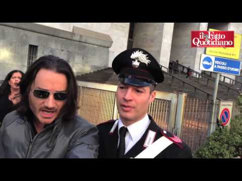 Rosi Mauro in Procura. Cronisti aggrediti dalla scorta da Pier Mosca (21/12/2012)