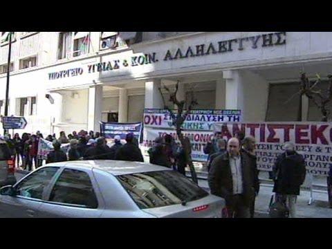Grecia, sanità al collasso: chiudono centri per disabili, proteste ad Atene