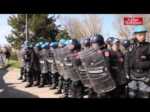 Bologna, cariche e scontri tra facchini e forze dell'ordine. Colpito cronista del Fatto